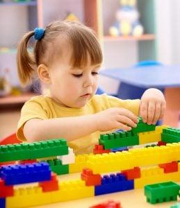 centro de educación infantil en inglés en Valencia - niña con bloques