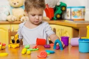 centro de educación infantil en inglés en Valencia - niña con plastilina