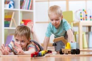 escuela infantil en inglés en Valencia - niños con juguetes