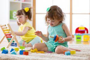 guardería en inglés en Valencia - niñas con juguetes