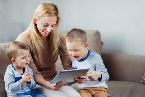 escuelas infantiles en inglés en Valencia - niños con tablet