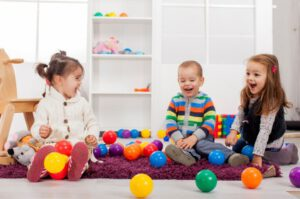 escuela infantil en inglés en Valencia - tres niños jugando