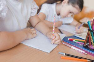 escuelas infantiles en Valencia - niñas pintando