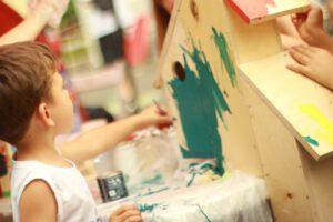 guardería en Valencia - niños coloreando