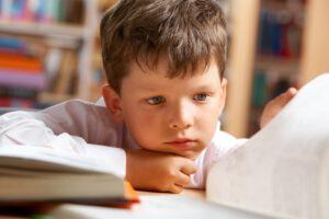 escuela infantil en valencia - niño con libro