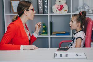 escuela infantil inglesa en Valencia - profesora practicando el idioma-